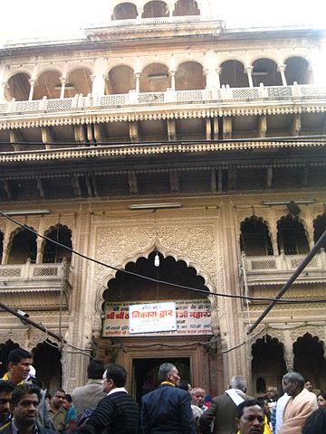 360px-Bankebihari_temple_main_gate_Vrindavan